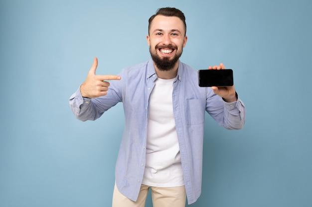 Foto di bello sorridente persona di sesso maschile adulto bello indossare abbigliamento casual in piedi isolato su