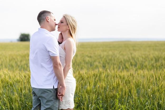 Foto di coppia felice che si abbraccia nel campo di grano