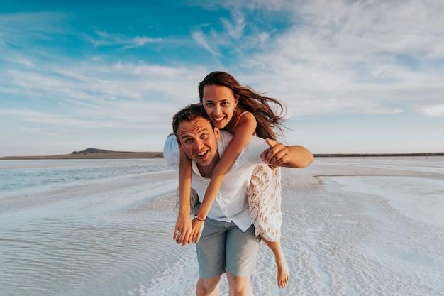 Foto di una coppia felice al mare.