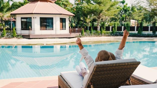 Una foto della piscina dell'hotel o del resort durante il giorno con giovani donne.
