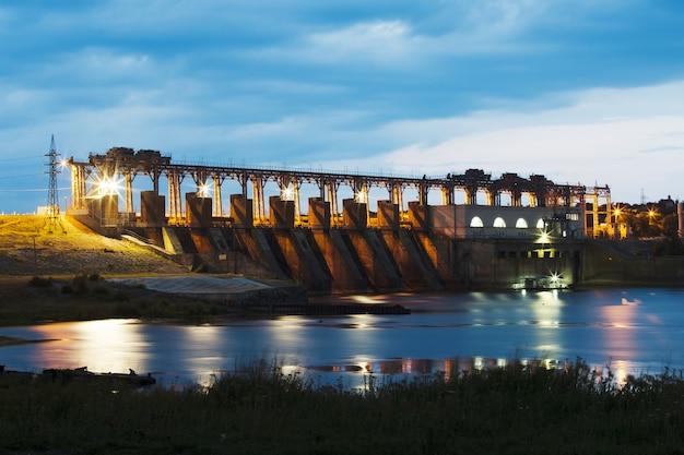 Foto della centrale idroelettrica, diga, alba