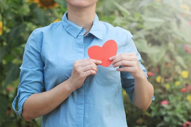 Illustrazione della foto della donna che tiene il simbolo del cuore.
