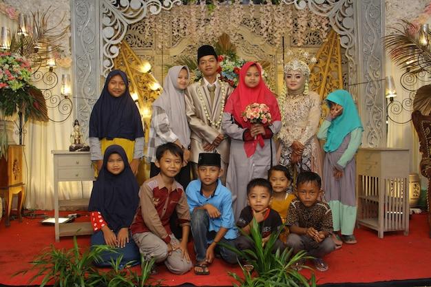 Foto del matrimonio indonesiano con la famiglia
