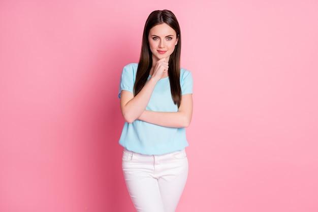 Foto di una ragazza intelligente che tocca le dita del mento pensa pensieri isolati su uno sfondo di colore rosa