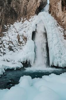 Foto della cascata jily su in inverno.