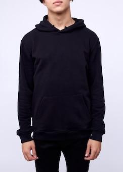 Foto dell'uomo che indossa maglia con cappuccio nera isolata su bianco