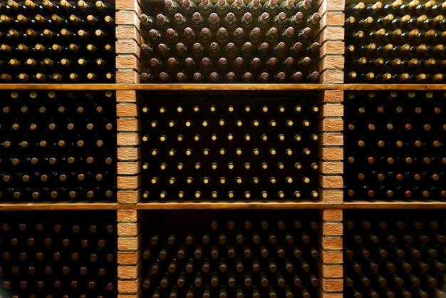 Foto di molte bottiglie di vino straordinario nella cantina sotterranea