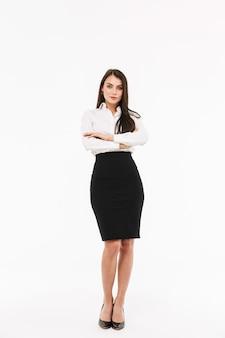 Foto di una moderna donna d'affari lavoratrice vestita con abiti formali mentre lavora in ufficio isolata su un muro bianco