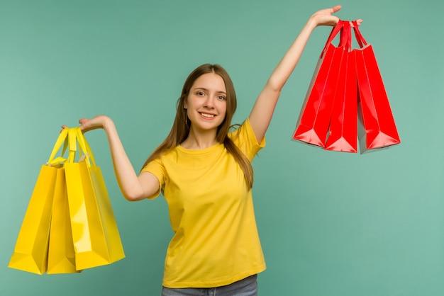 Foto di bella ragazza affascinante attraente ragazza gioiosa che ha appena finito per fare shopping ed essere felicissima e allegra mentre è blu