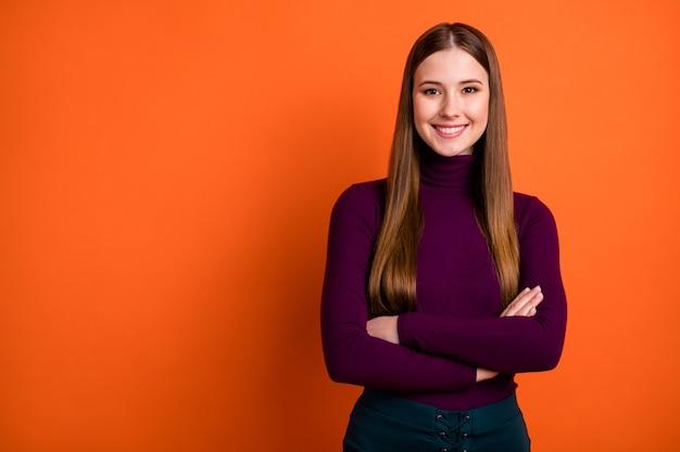 Foto di una bella ragazza affascinante lavoratore manager mani incrociate pronte a decidere lavoro decisioni di lavoro soluzione indossare un bel maglione isolato su uno sfondo di colore vibrante