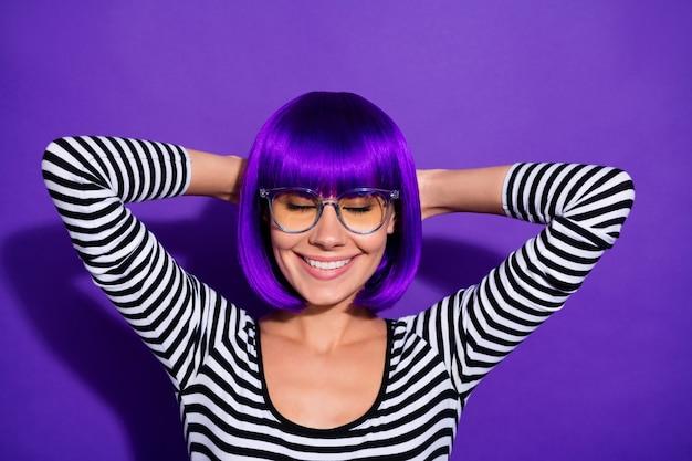 Foto di bella signora tenere le mani dietro la testa chiudere gli occhi felicissimi indossare parrucca a strisce pullover isolato sfondo viola