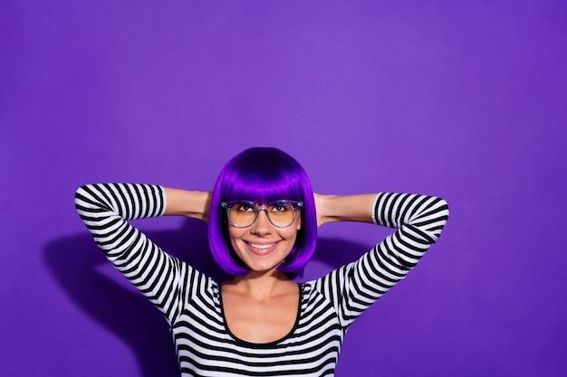 Foto di bella signora tenere le mani dietro la testa sguardo felicissimo spazio vuoto indossare parrucca pullover a strisce isolato sfondo viola