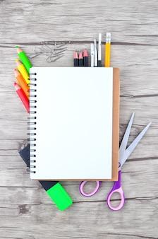 Foto dell'attrezzatura dell'ufficio e dello studente su sfondo bianco - concetto di ritorno a scuola