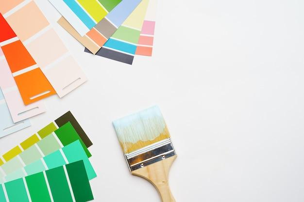 Foto della tavolozza con i colori blu e verdi, spazzole su sfondo bianco vuoto