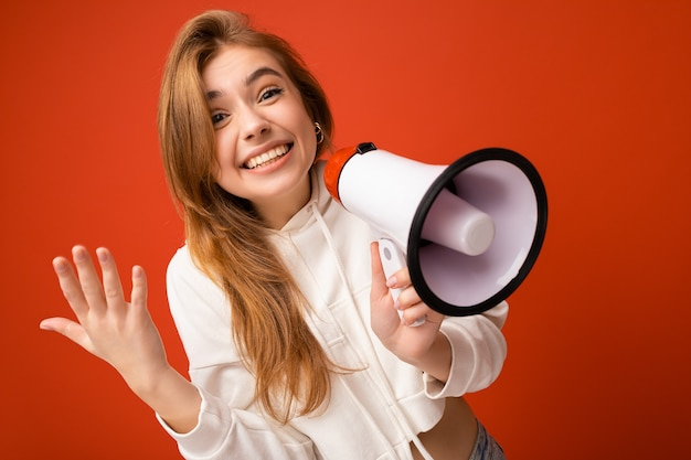 Ritratto della foto di bella giovane donna bionda scura sorridente felice positiva attraente con sincero