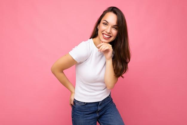 Foto ritratto di giovane bella donna bruna hipster sorridente in maglietta bianca con mockup sexy