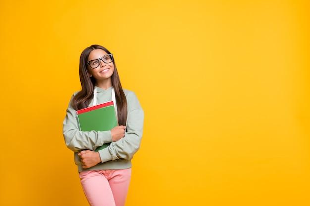 Foto di persone carine positive che tengono le mani sul taccuino indossano occhiali che sembrano uno spazio vuoto isolato su uno sfondo di colore giallo
