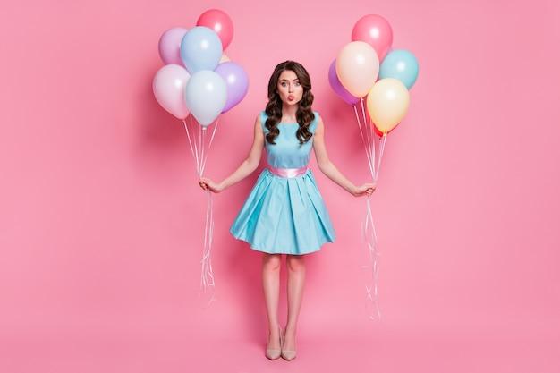 Foto di un evento di celebrazione della signora piuttosto divertente che festeggia molte emozioni di compleanno di mongolfiere