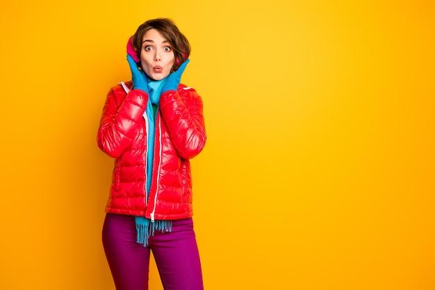Foto di una bella signora viaggiatore divertente giornata invernale pronta per una passeggiata come un simpatico paraorecchie da indossare caldo cappotto rosso casual elegante sciarpa blu pantaloni rosa