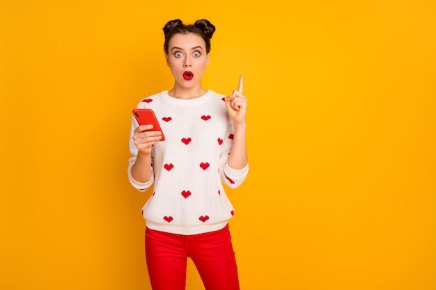 Foto di bella signora tenere le mani del telefono alza il dito indice bocca aperta persona intelligente ha idea indossare cuori modello pullover bianco