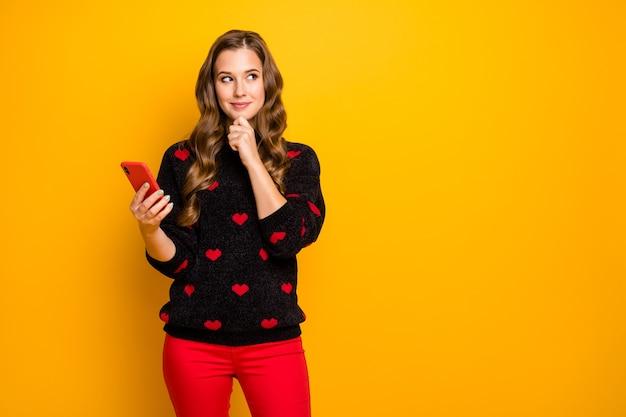 Foto di bella signora tenere le mani del telefono leggere lettera d'amore fidanzato appuntamento romantico invito pensa alla risposta indossare pantaloni pullover modello cuori