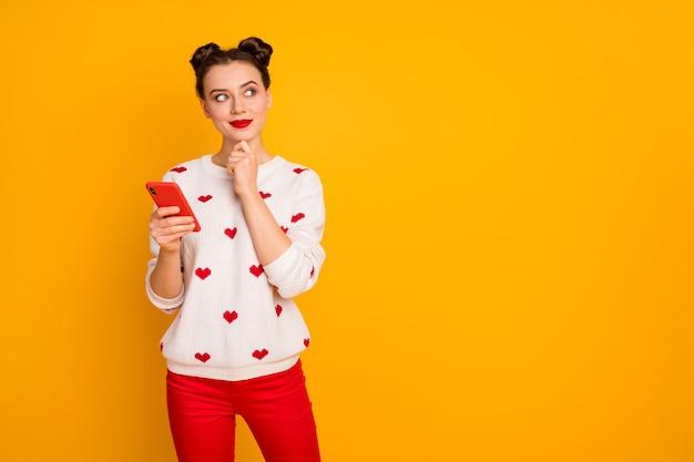 Foto di bella signora tenere il telefono leggere lettera d'amore fidanzato appuntamento romantico appuntamento pensa alla risposta indossare pullover bianco modello cuori