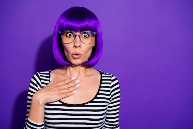 La foto della signora graziosa ascolta il fondo porpora isolato del pullover a strisce della parrucca luminosa delle specifiche di usura di cattive notizie inattese