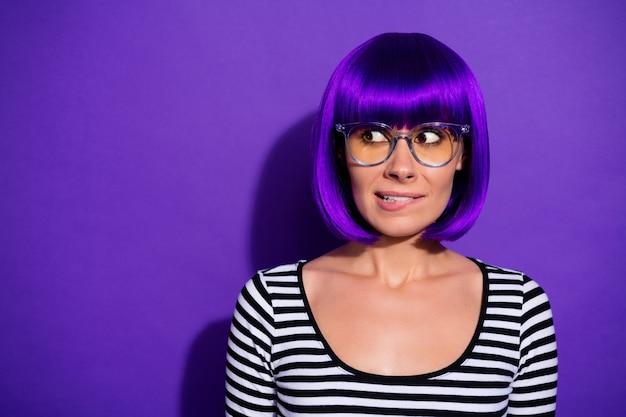 Foto di bella signora preoccupata per imprevisti epici fallire specifiche di usura parrucca brillante pullover a strisce isolato sfondo viola