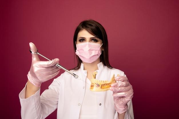 Foto del processo di realizzazione di un'anestesia in una mascella isolata