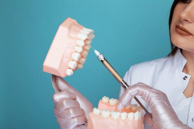 Foto del processo di anestesia in una mascella isolata.