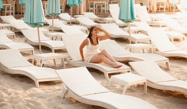 Foto di una donna ricca che si rilassa sulla spiaggia dell'hotel