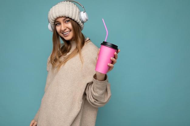 Foto di giovane donna bionda sorridente felice attraente sexy che indossa vestiti alla moda di tutti i giorni isolati
