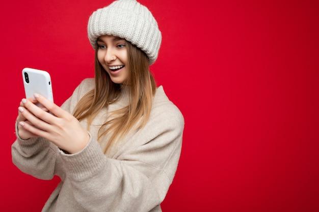 Foto di una giovane donna attraente e sorridente positiva di bell'aspetto
