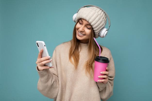 Scatto fotografico di una giovane donna attraente e positiva che indossa abiti casual ed eleganti in posa