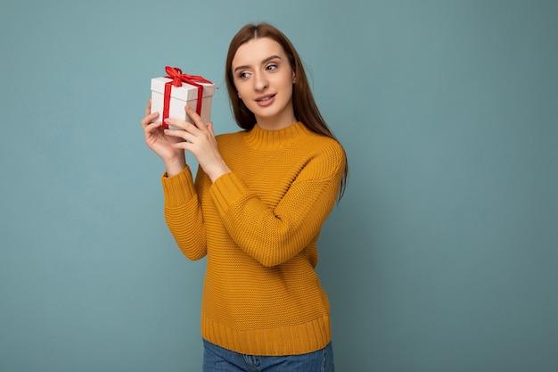 Foto colpo di attraente giovane donna bruna premurosa