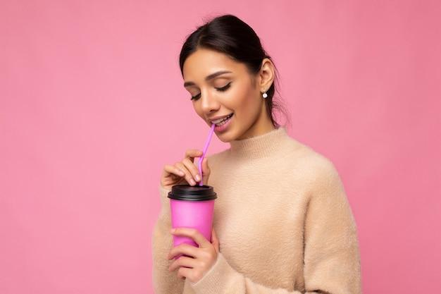 Scatto fotografico di bella e carina giovane donna bruna che indossa un maglione beige beige