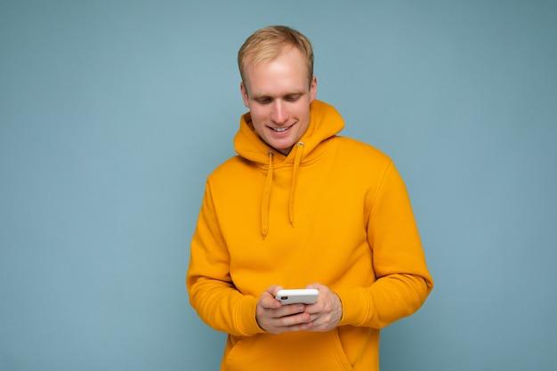 Foto colpo di bello positivo bello giovane uomo che indossa abbigliamento casual elegante