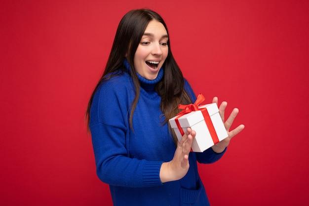 Foto scattata di giovane donna brunet sorpresa piuttosto positiva