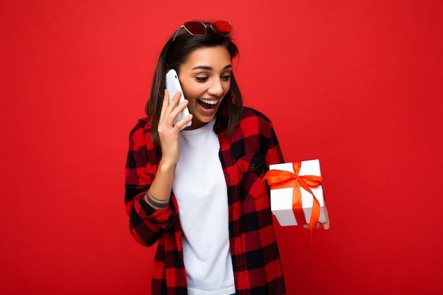 Scatto fotografico di una giovane donna bruna sorpresa piuttosto positiva