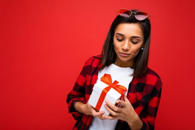 Scatto fotografico di una giovane donna bruna triste piuttosto sconvolta