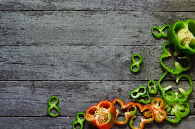 Foto di peperoni colorul a fette su un tavolo di legno