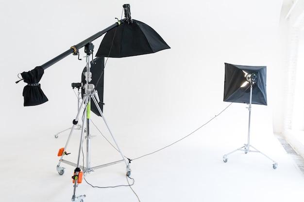 Apparecchi di illuminazione per studio fotografico. interno del posto di lavoro del fotografo con set di strumenti professionali gear