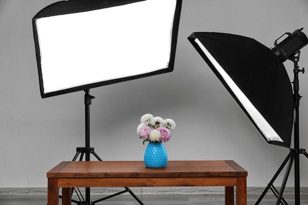 Studio fotografico con interni moderni e apparecchiature di illuminazione