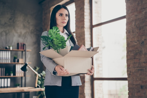 Foto di elegante affascinante frustrata stressata ragazza depressa pronta a lasciare l'ufficio perdere il lavoro coronavirus quarantena economia crisi tenere scatola di cartone nella postazione di lavoro