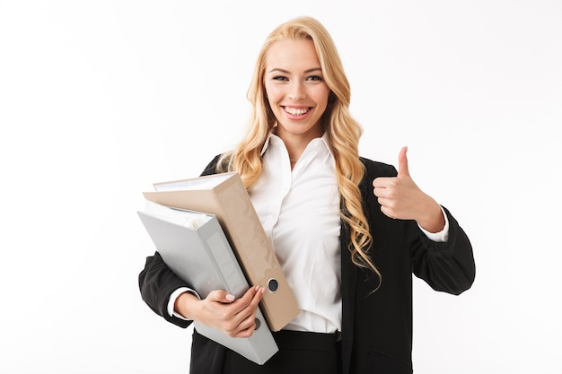 Foto della donna di affari di successo che indossa la tuta da ufficio che tiene le cartelle di carta nelle mani, isolate