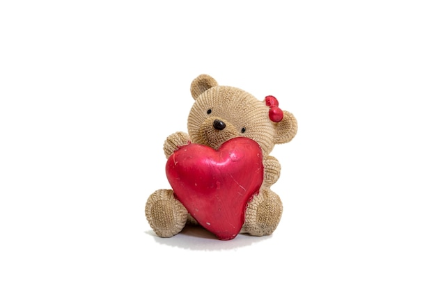 Una foto dell'orsacchiotto ha un regalo all'amica sulla superficie bianca. concetto di san valentino.