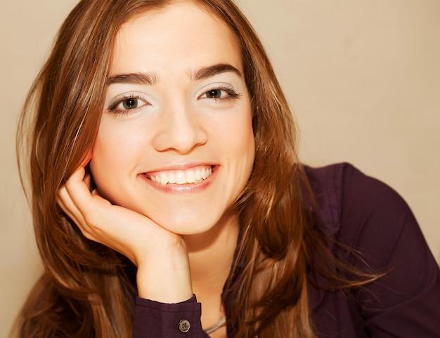 Foto di giovane donna premurosa a casa