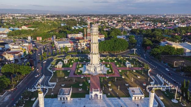 Foto della torre della torre della grande moschea nella città di banda aceh
