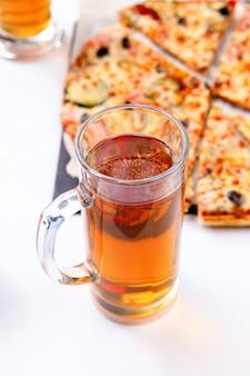 Foto di due bicchieri con schiuma di birra, pizza su sfondo bianco vuoto