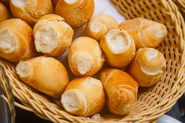 Foto di una varietà di pane in una colazione in hotel